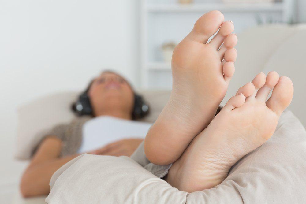 inchaço nas pernas pes levantados