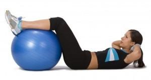Exercícios para definir abdômen: Abdominal com elevação do quadril com bola