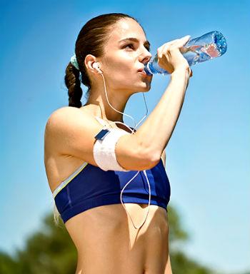 mulher bebendo agua