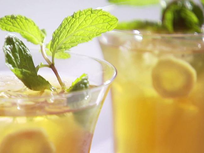 Suco detox de limão com chá verde