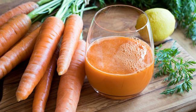 Suco detox de limão com cenoura