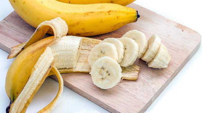 Bananas ajudam a reduzir a fadiga e a preservar a massa muscular durante as atividades físicas.