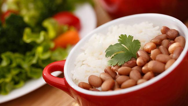 Arroz e feijão a dupla inseparável, além de ser uma delicia, o arroz possui metionina e o feijão possui ferro e lisina.
