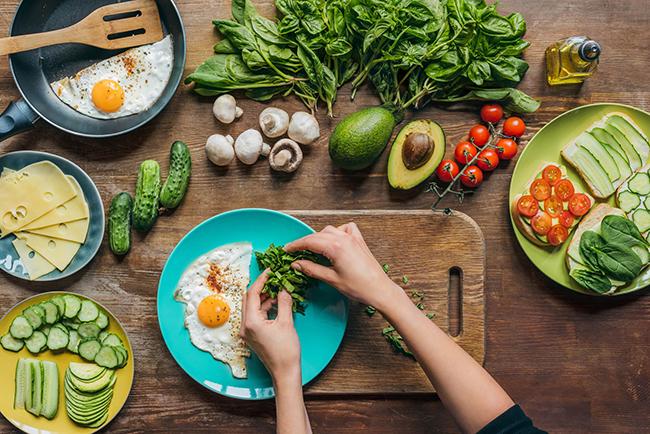 Faça uma reeducação alimentar. Prefira alimentos naturais.